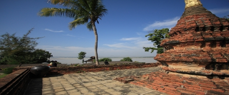 A Bagan ruin with Ayeyarwaddy River in the background